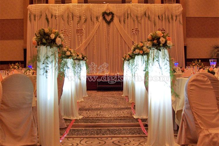 浪漫的西式婚礼一直以来都受到新人们的青睐,将白色调与绿色完美融合组成婚礼主色调,水晶花艺和羽毛垂帘带来的不仅仅是梦幻唯美感觉,更是展示出新人对于未来生活的美好憧憬。而餐桌布置由为重要,白色、米色、粉色搭配设计的西式婚礼餐桌布置风格营造出完美视觉效果,明亮动人的婚礼桌花精致典雅,非常考究定制的高级桌布,椅套、餐巾配合整体环境衬托出浪漫温馨的气质。